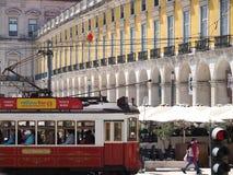 Tram c?l?bre color? ? Lisbonne au Portugal photos stock