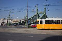 Tram chez Liberty Bridge ? Budapest, Hongrie photos stock