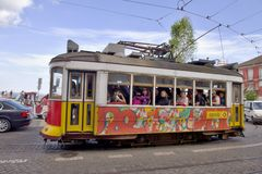 Tram coloré dans la vieille ville Lisbonne Images libres de droits