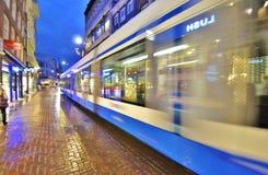 Tram d'Amsterdam la nuit Photographie stock libre de droits