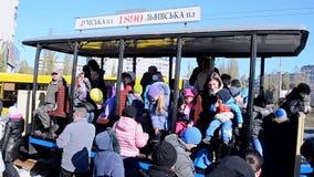 Tram d'annata durante la parata elettrica del tram a Kiev, Ucraina, video d archivio