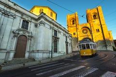 Tram dans les collines de Lisbonne Photos stock