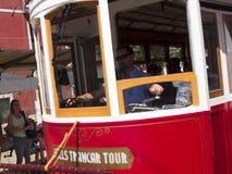 Tram dans les rues raides de Lisbonne Portugal Photo libre de droits