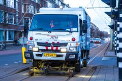 Tram das Bahnwartungsfahrzeug, das Schienenwartung auf der Randstadrail-Linie tut Stockfotos