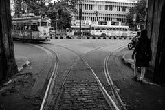 Tram das Nähern in ein Tramgleisverbindungsdepot in der Straße von kolkata, Schwarzweiss, Kolkata, Indien, 2017 Stockbild