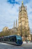 Tram das Rollen nahe Kathedrale von St. Andre im Bordeaux, Frankreich Stockbilder