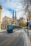 Tram das Rollen nahe Kathedrale von St. Andre im Bordeaux, Frankreich Lizenzfreie Stockfotografie