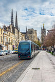 Tram das Rollen nahe Kathedrale von St. Andre im Bordeaux, Frankreich Stockfotografie