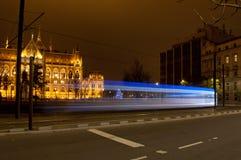 Tram davanti alla costruzione del Parlamento, Budapest, Ungheria di arrivo Immagine Stock