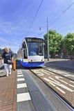 Tram de approche dans la vieille ville d'Amsterdam Photographie stock libre de droits