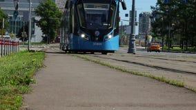 Tram de bleu de Moscou banque de vidéos