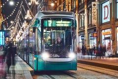 Tram de Helsinki sur la rue de Noël images stock