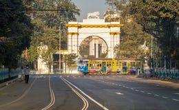 Tram de Kolkata d'héritage passant l'entrée avant de la maison architecturale historique et gothique de gouverneur près de Dalhou photos libres de droits