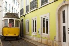 Tram de Lisbonne dans Alfama, Lisbonne Images stock