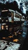 Tram de Melbourne dans le jour pluvieux photos stock