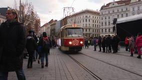 Tram de Noël dans la foire centrale serrée de rue de Brno en hiver banque de vidéos