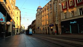 Tram in de ochtend in Zagreb stock footage