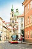 Tram in de oude stad in Praag, Tsjechische Republiek Stock Afbeelding