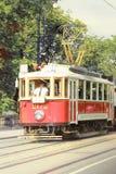 Tram in de oude stad in Praag, Tsjechische Republiek Stock Foto's