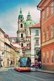 Tram in de oude stad in Praag, Tsjechische Republiek Stock Foto