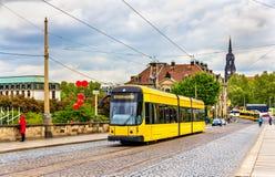 Tram de ville sur le pont d'Augustus à Dresde photos libres de droits