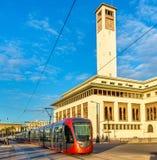 Tram de ville sur une rue de Casablanca, Maroc Photos stock