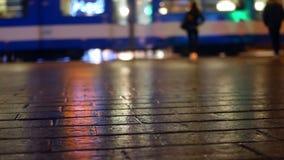 Tram della gente della pioggia della città archivi video