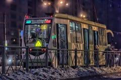 Tram in der Winternacht Lizenzfreies Stockfoto