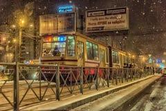Tram in der Winternacht, Schneefälle Lizenzfreies Stockfoto