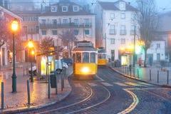 Tram des Gelbs 28 in Alfama, Lissabon, Portugal Lizenzfreie Stockbilder