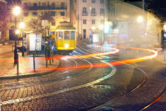 Tram des Gelbs 28 in Alfama nachts, Lissabon, Portugal Lizenzfreies Stockfoto
