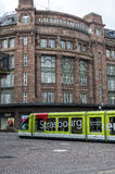Tram devant Galeries Lafayette à Strasbourg, France Photo stock