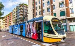 Tram di AnsaldoBreda Sirio nel centro urbano di Milano Fotografie Stock
