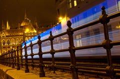 Tram di arrivo che dirige la costruzione del Parlamento, Budapest, Ungheria Fotografia Stock Libera da Diritti