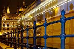 Tram di notte che dirige la costruzione del Parlamento, Budapest, Ungheria Fotografia Stock Libera da Diritti