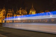 Tram di notte che dirige la costruzione del Parlamento, Budapest, Ungheria Immagini Stock Libere da Diritti
