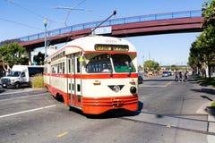 Tram di San Francisco che viaggia sulla città di Embarcadero giù fotografia stock
