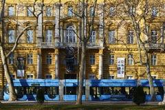 Tram di Zagabria davanti al museo di archeologia Immagine Stock Libera da Diritti
