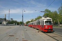 Tram dichtbij het Oostenrijkse Parlementsgebouw in Wenen, Oostenrijk Stock Foto