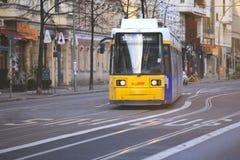 Tram die door de stad van Berlijn overgaan stock afbeelding