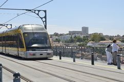 Tram, die durch Dom Luiz Bridge überschreitet Stockfoto