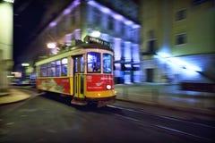 Tram 28, die durch Lissabon-Straßen überschreitet Stockfoto