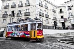 Tram 28, die durch Lissabon-Straßen überschreitet Lizenzfreie Stockfotografie