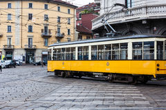 Tram, die durch Stadtzentrum in Mailand fährt Lizenzfreies Stockfoto