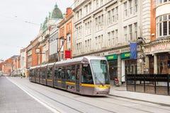 Tram die een weg in het centrum van de stad kruisen Royalty-vrije Stock Foto's