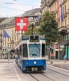 Tram die langs Bahnhofstrasse-straat in Zürich, Zwitserland overgaan stock afbeelding