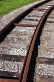 Tram die Schienenstraßenspur, die um eine Kurve verschwindet Stockfotografie