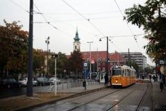 Tram, die um Budapest verkehrt lizenzfreies stockfoto