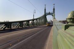 Tram die vrijheidsBrug in Boedapest kruist Stock Foto