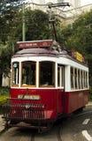 Tram, die während der Straße Lissabon geht portugal lizenzfreies stockbild